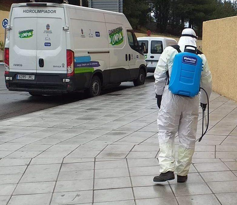 Equipos de baldeo y desinfección recorren toda la ciudad para actuar en puntos de interés